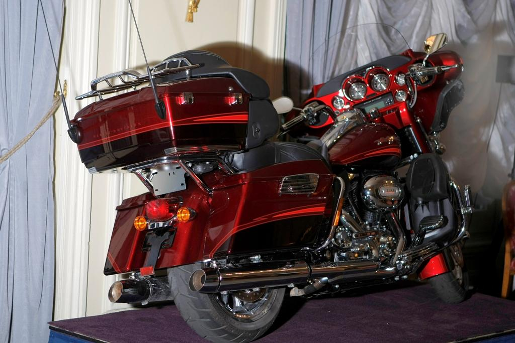 Harley-Davidson FLHTCUSE4 CVO Ultra Classic Electra Glide 2009 #2